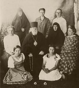 В гостях у деда-митрополита Серафима (Чичагова) в Шуе. 1928 год. (Сидят слева направо: Лиля и Варя)